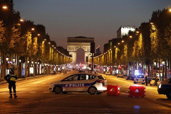 París: Un policía muerto en tiroteo; atacante también murió