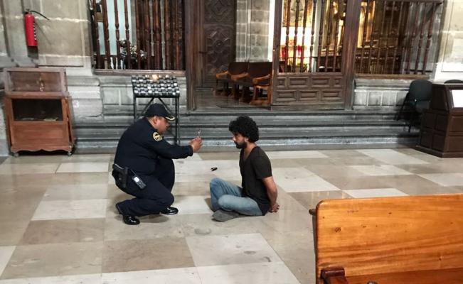 Atacan a puñaladas a un sacerdote en la Catedral de la ciudad de México