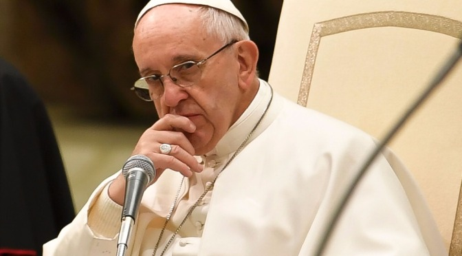 """Papa Francisco denuncia brecha entre """"riqueza descarada"""" y pobreza que escandaliza"""
