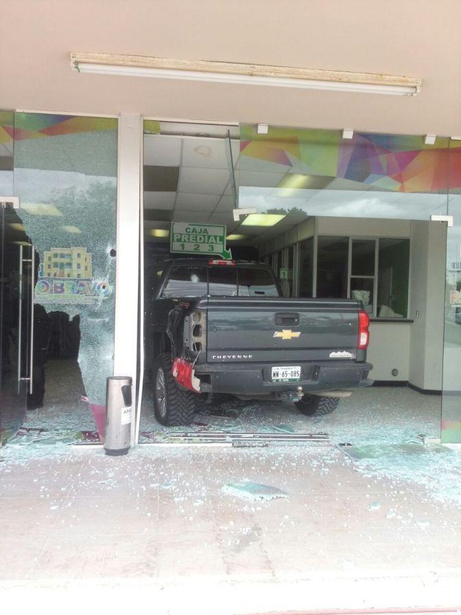 Tras persecucion de Comando Armado,Impacta camioneta en presidencia de Río Bravo…