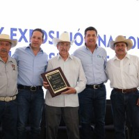 Reconocen a Don Manuel García Uresti por ser pionero de la mejora genética de ganado suizo en México