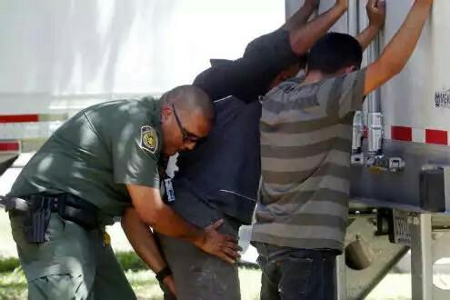 Encuentran otro tráiler con migrantes en Texas; ahora son 20….