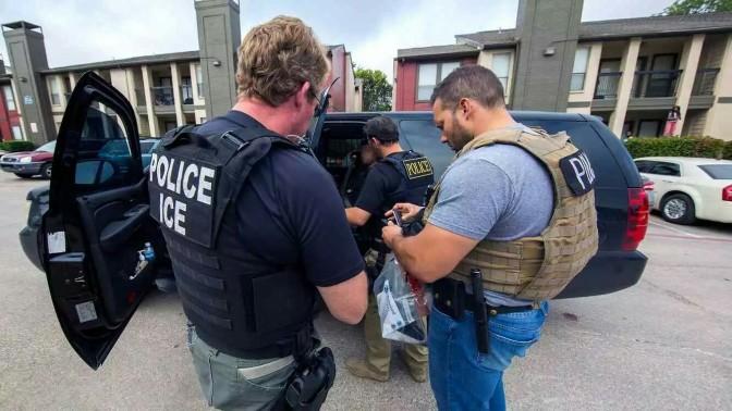 Rescatan a 60 inmigrantes de camión refrigerante en Texas