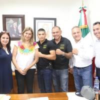 El boxeador Eduardo Rafael Reyes Bailon visita a la alcaldesa Maki Esther Ortiz Dominguez