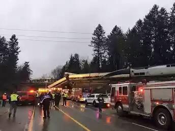 Tren descarrila y cae sobre una autopista en EU; reportan varios muertos y heridos