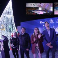 Reynosenses disfrutan de espectáculo musical y acrobático en la pista de hielo instalada en el Parque Cultural...