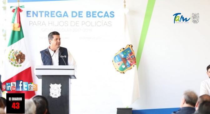 ENTREGA GOBERNADOR BECAS PARA HIJOS DE POLICÍAS ESTATALES