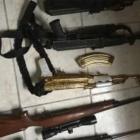 Ejército decomisa un arsenal con un AK-47 bañado en oro..