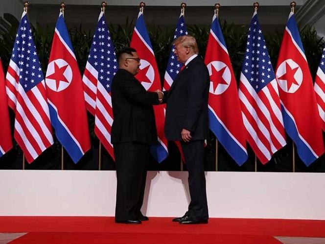 Trump y Kim se dan la mano previo a histórica cumbre en Singapur