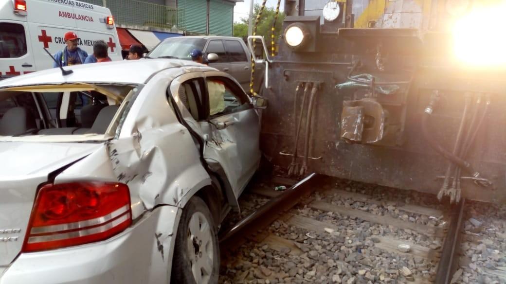 Familia, se salva de milagro de ser arrollado por tren en Reynosa