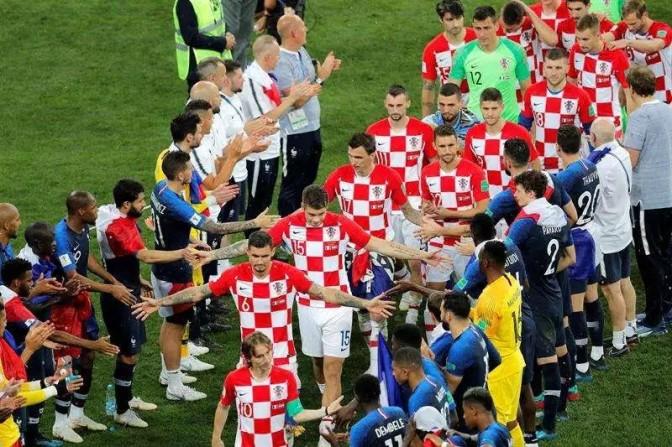 Croacia regala playeras a niños tailandeses rescatados en cueva..