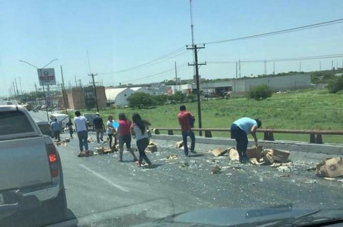 """➡️ Se llevan 😃cerveza gratis: camión """"tiró"""" cajas en Reynosa"""