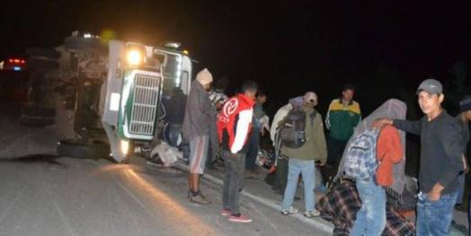 Camión que transportaba a migrantes se vuelca en Sonora