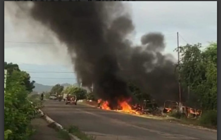 Emboscan y acribillan a 14 policías en Aguililla, Michoacán