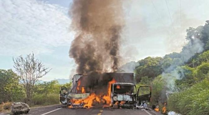 Integrantes del CJNG riegan el terror en carreteras de Michoacán