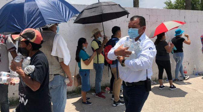 Entrega Municipio botellas de agua a jovenes que asisten a vacunarse