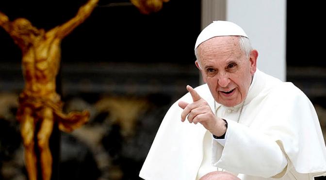 El papa Francisco regresa a El Vaticano tras ser operado; le extirparon medio colón