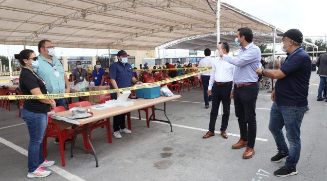 Visita Alcalde Carlos Peña Ortiz módulo de vacunación en planta maquiladora Corning.